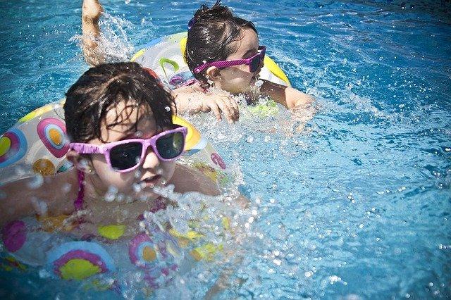 sestry v bazénu