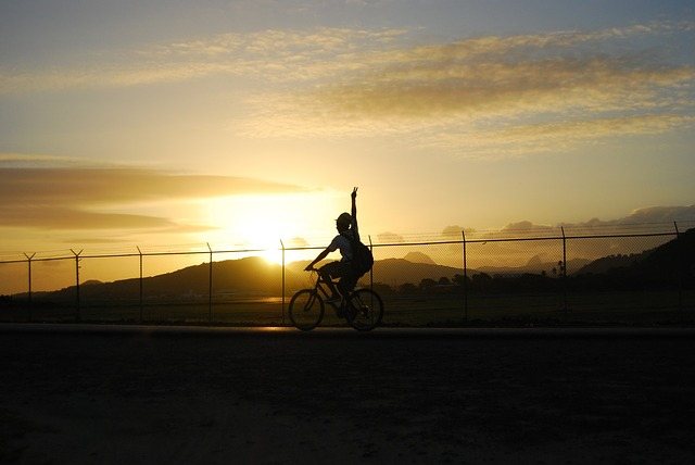 mávající cyklista