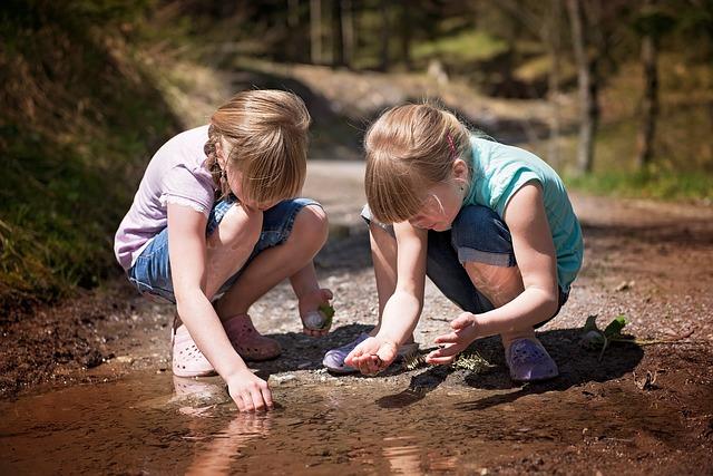holčičky u kaluže