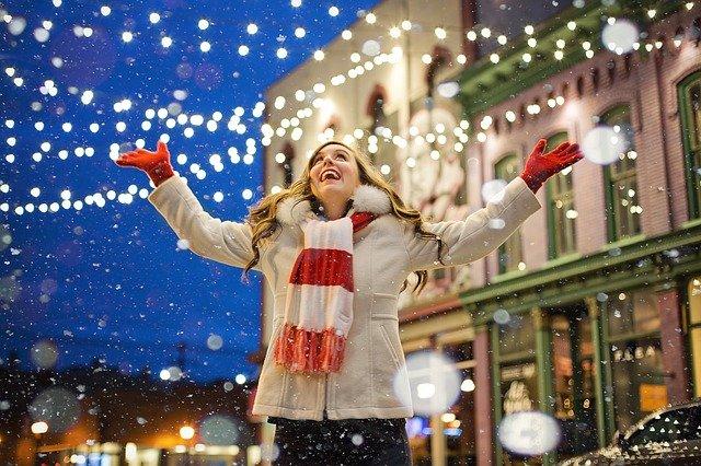Radující se žena se sněhovými vločkami
