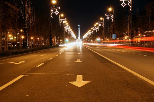 záběr jízdního pruhu ve večerním městě